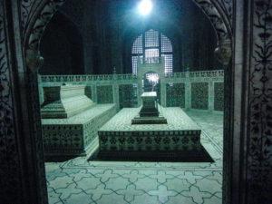Das Grab von Mumtaz Mahal (mitte) und die symetrie störend, das Grab von Shah Jahan (links). Es handelt sich hier nicht um die Orginalgräber - diese liegen eine Etage tiefer