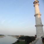 die Minarette sind leicht geneigt aufgebaut wurden. Im falle eines Erdbebens fallen diese so nicht auf das Taj Mahal