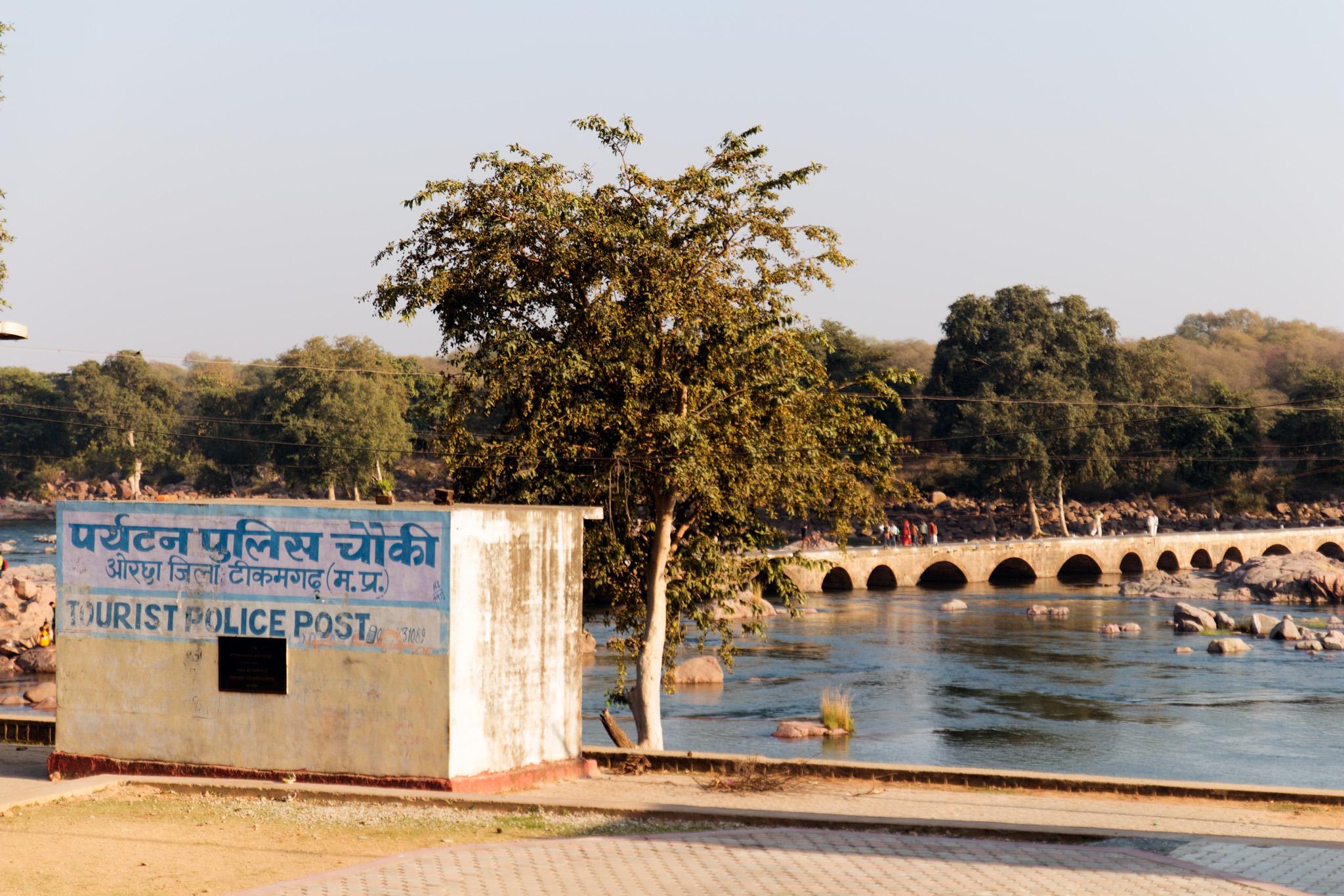 Touristen-Info, Polizei und Post. Im Hintergrund der Fluß Betwa