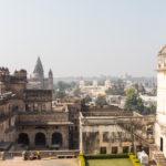 Rechts ein kleiner Teil vom Sheesh Mahal. Hinten sieht man den Chaturbhuj-Tempel und das Raja-Ram-Mandir. In der Front Raja Mahal.